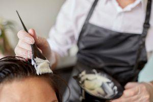 ヘアカラーが頭皮や髪に与える影響とは?